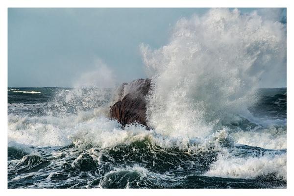 Big waves by happysnapper