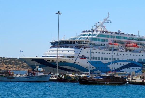 Cruise Ship by ddolfelin