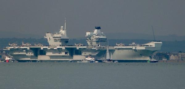 HMS Queen Elizabeth by TribuneXL