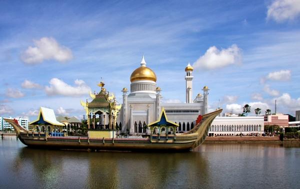 Omar Ali Saifuddien Mosque, Brunei by Ffynnoncadno