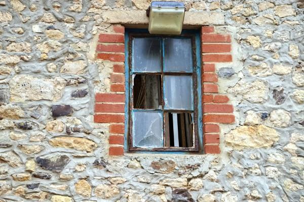 Broken window by HoneyT