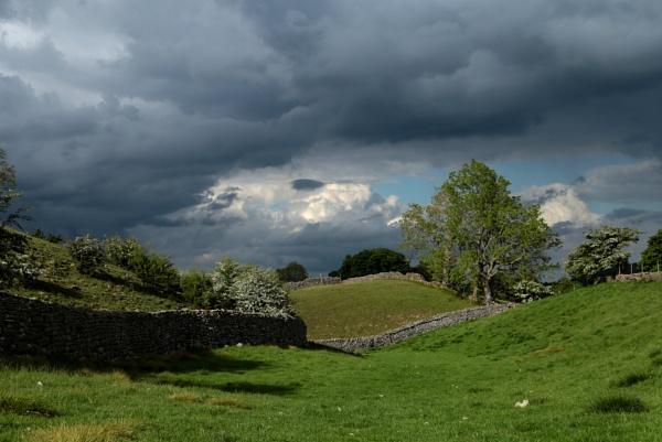 Storm clouds in Wensleydale. by shishidog