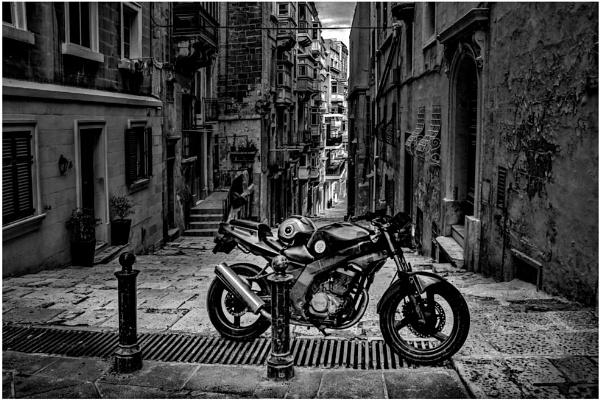Bike in the old centre of Valletta by Kemmuna