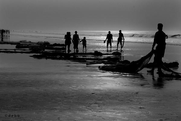 Fishermen pull up the fishing net (35) by debu