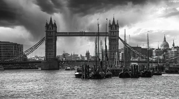 Tower Bridge by Ffynnoncadno