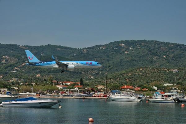 Plane landing by mitchellhatpeg