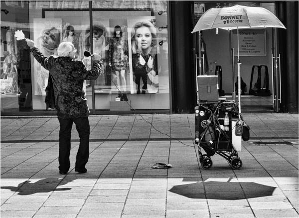A street entertainer. by franken