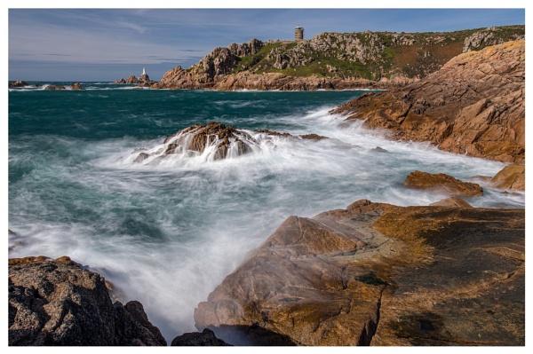 Crashing waves on the rocks by happysnapper