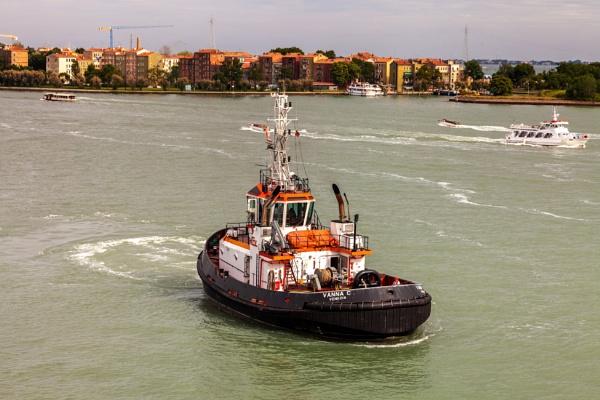 Tugboat by blrphotos