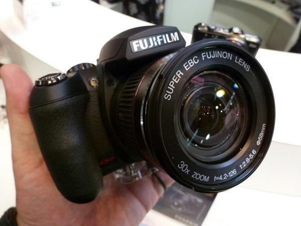 fujifilm-finepix-hs20-exr-focus-front.jpg